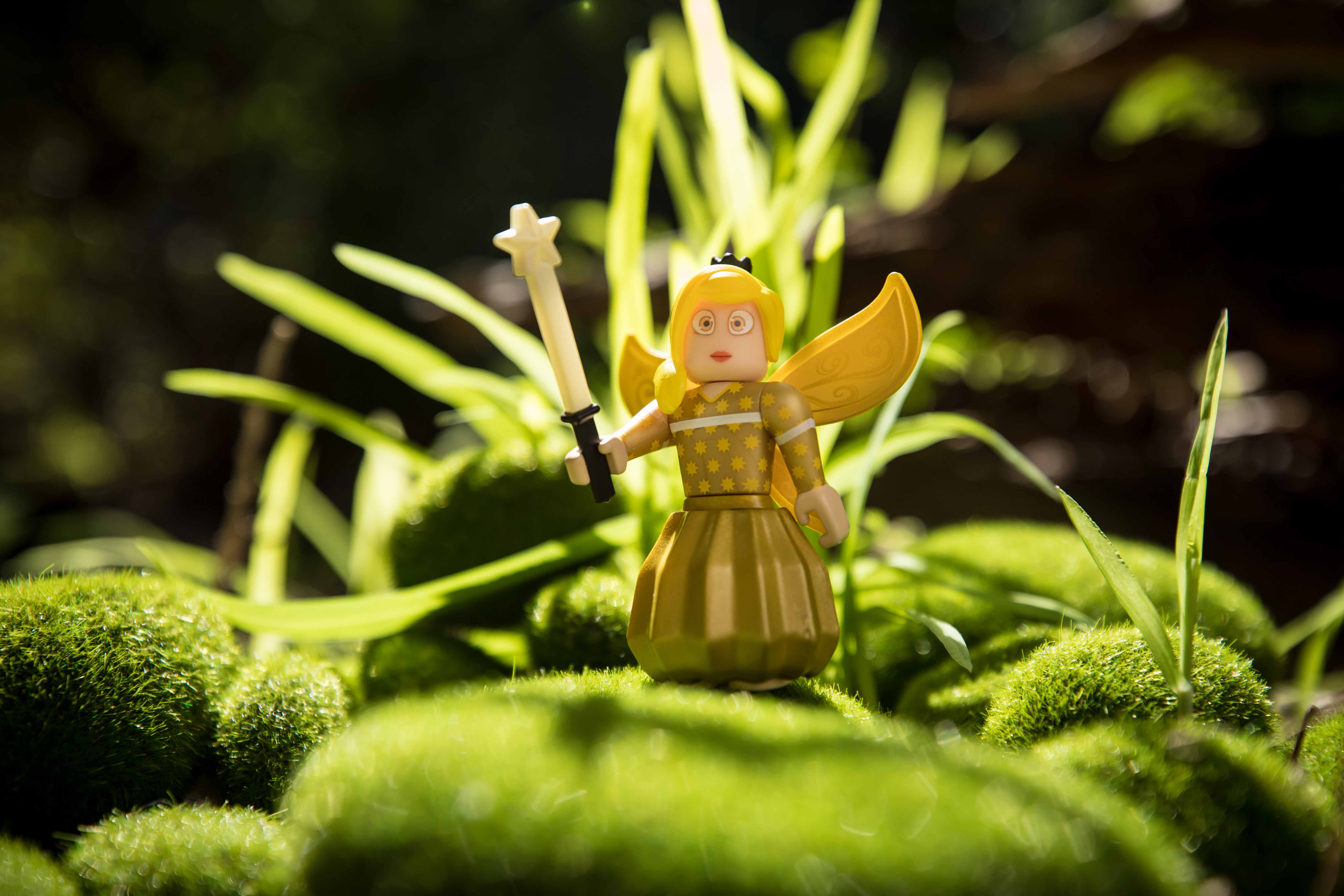 Golden Tech Fairy 2.75 Inch Figure with Exclusive Virtual Item Code Roblox Fairy World